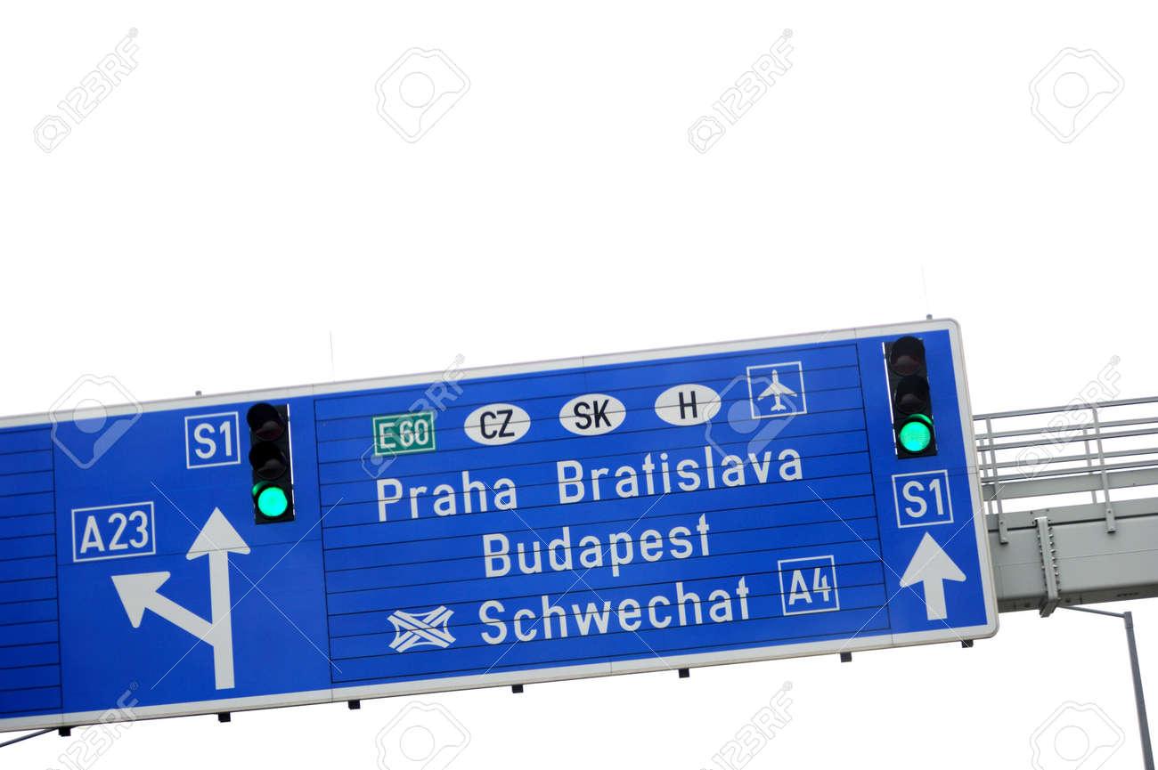 欧州自動車道路標識 - 方向とプラハ、ブラチスラヴァやブダペストへの ...