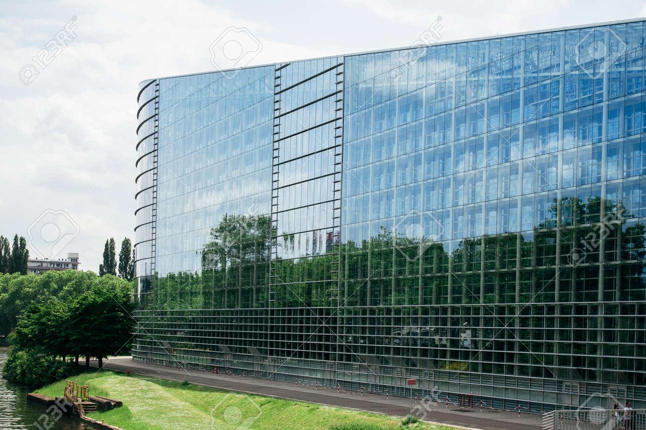 欧州議会のストラスブール、フランスの建物の東のガラスのファサード ...