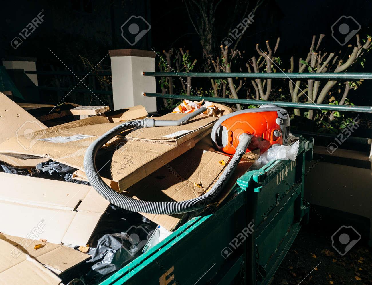 foto de archivo contenedor de basura grande en la ciudad urbana con muebles viejos y en la ciudad en la noche frenc