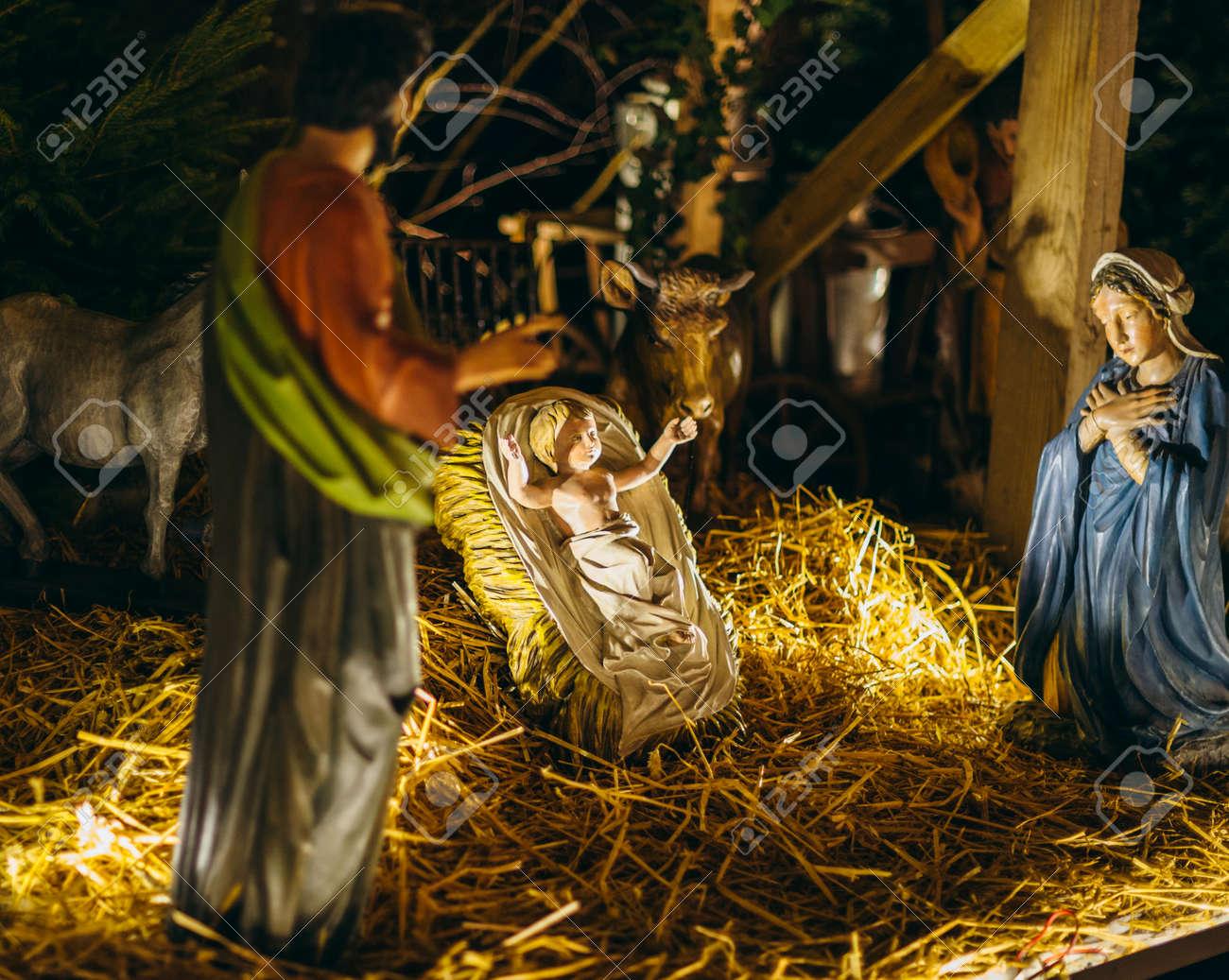 Foto Del Presepe Di Natale.Statue Del Presepe Durante Il Mercatino Di Natale A Strasburgo In Francia Con Gesu Maria E Giuseppe