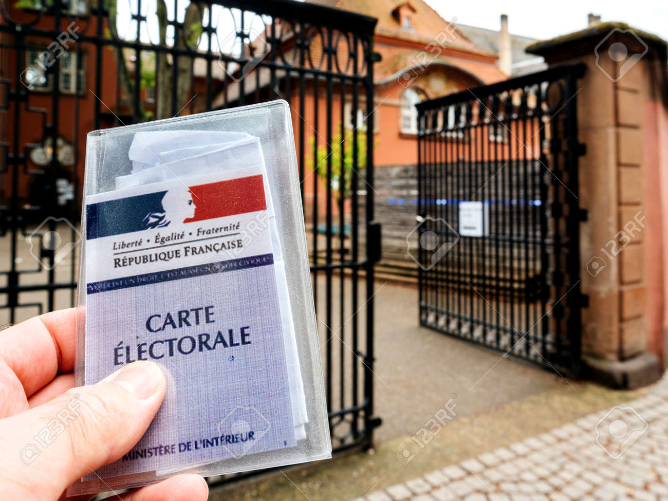 Strasbourg france 7 mai 2017: homme tenant carte electorale