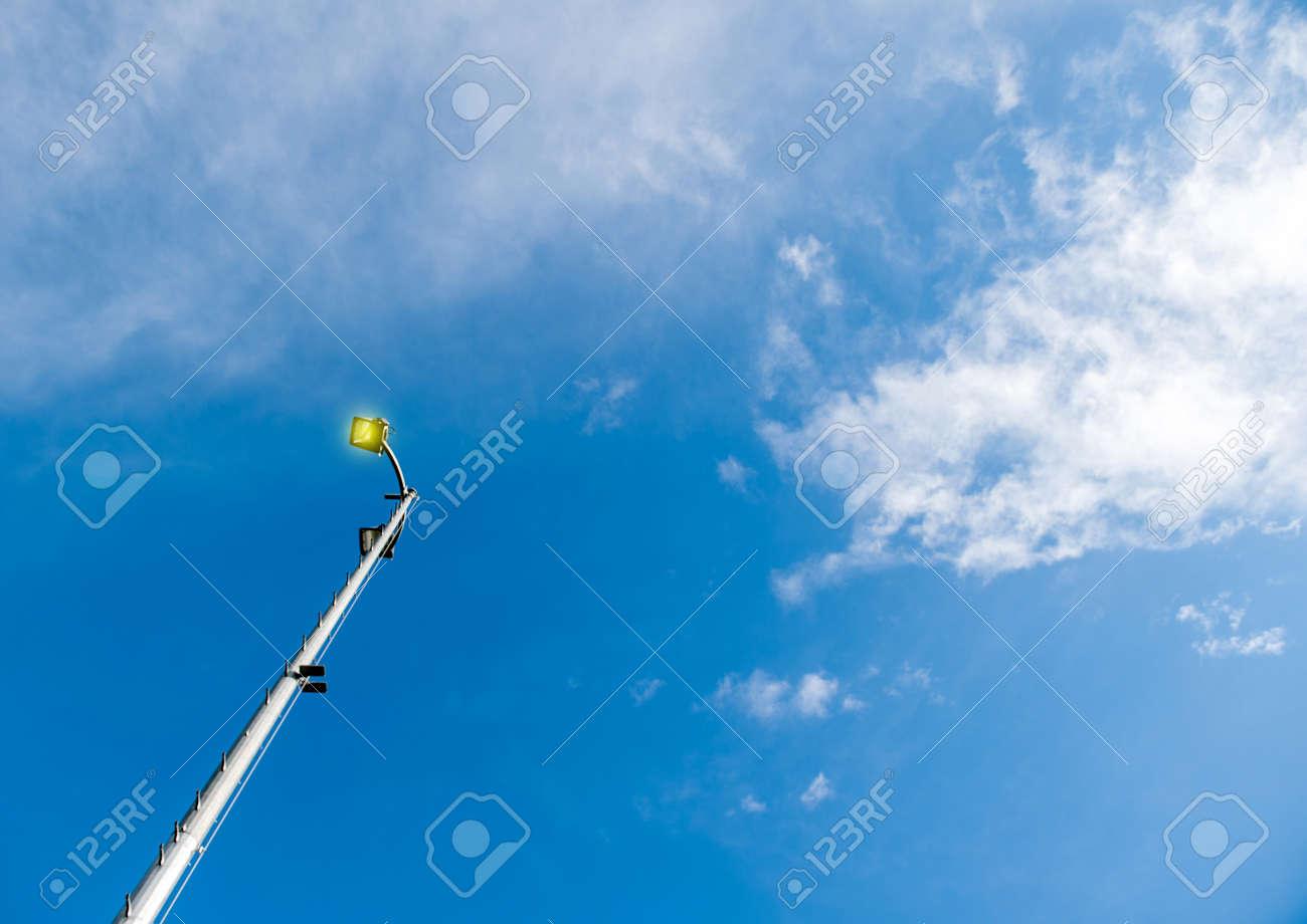 Led Licht Schoenen : Lighting pole led straßenlaterne von unten gesehen gegen blauen