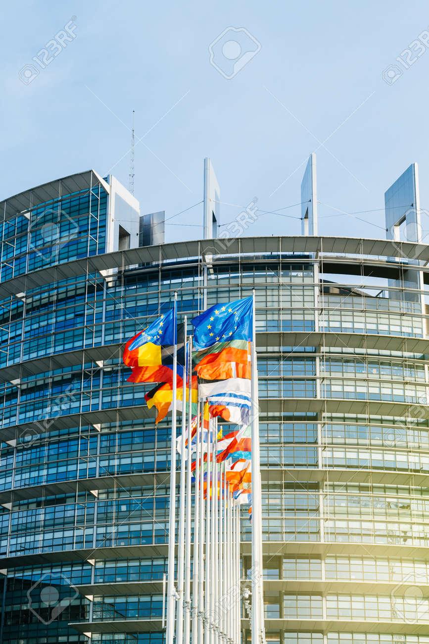 欧州議会の建物で、フランスのストラスブールでフラグをヨーロッパの手 ...