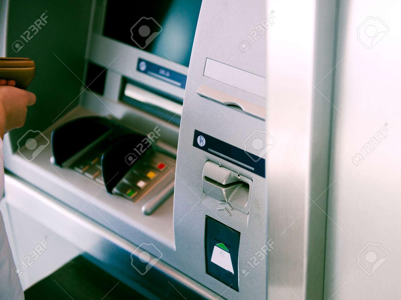 ATM自動テラー機の現金自動預け払い機を使用してセキュリティPINを入力 ...