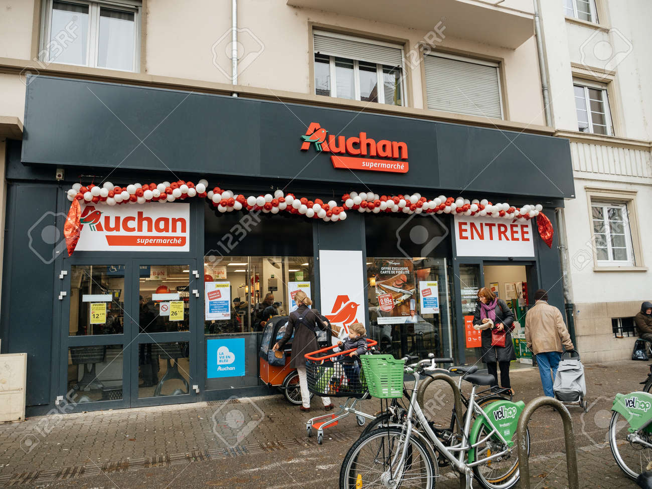 carte simply market auchan STRASBOURG, FRANCE   DEC 4, 2017: Auchan Supermarket Entrance