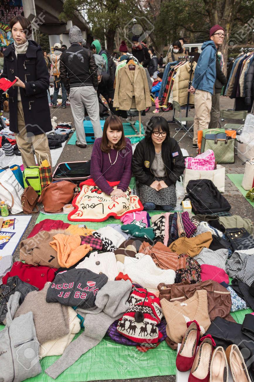harajuku, japan - 8. dezember 2013 verkäufer verkaufen die kleidung aus  zweiter hand auf flohmarkt in yoyogi park, harajuku es ist die  winterflohmarkt