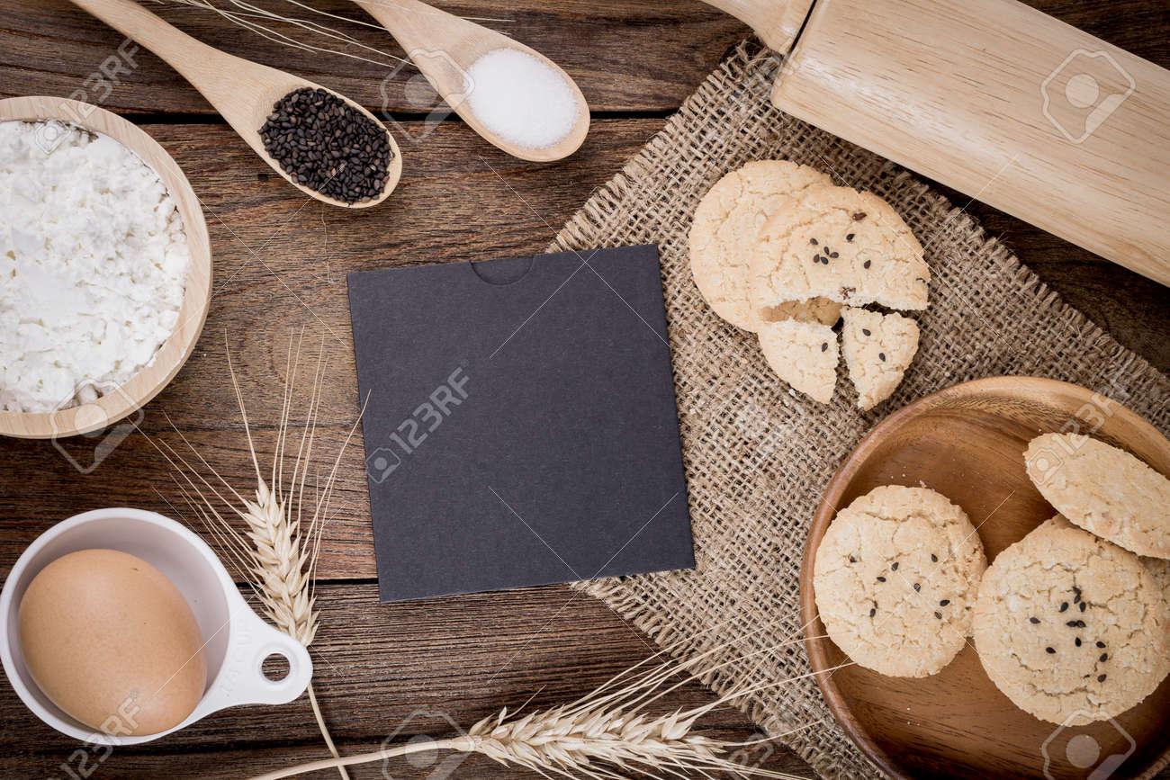 Rural Jahrgang Hölzernen Küchentisch Mit Alten Leeren Blatt Papier ...