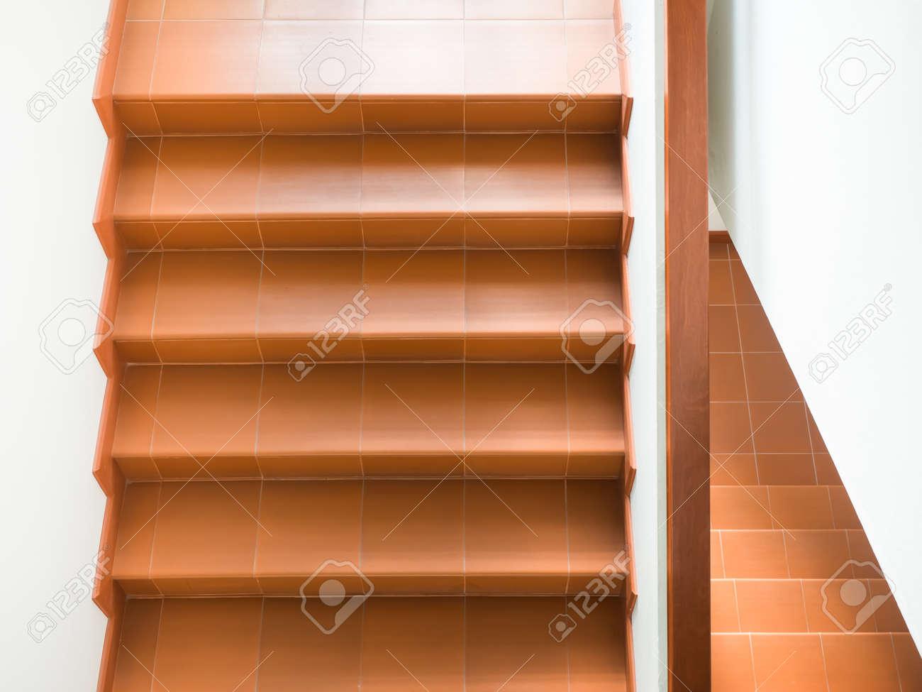 Moderne trap met leuning interieur in een gebouw royalty vrije