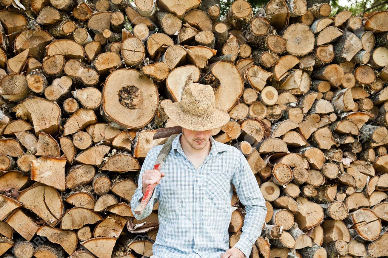 Foto de archivo - Leñador con el sombrero de paja en un fondo de madera 3dc0c5c07e0