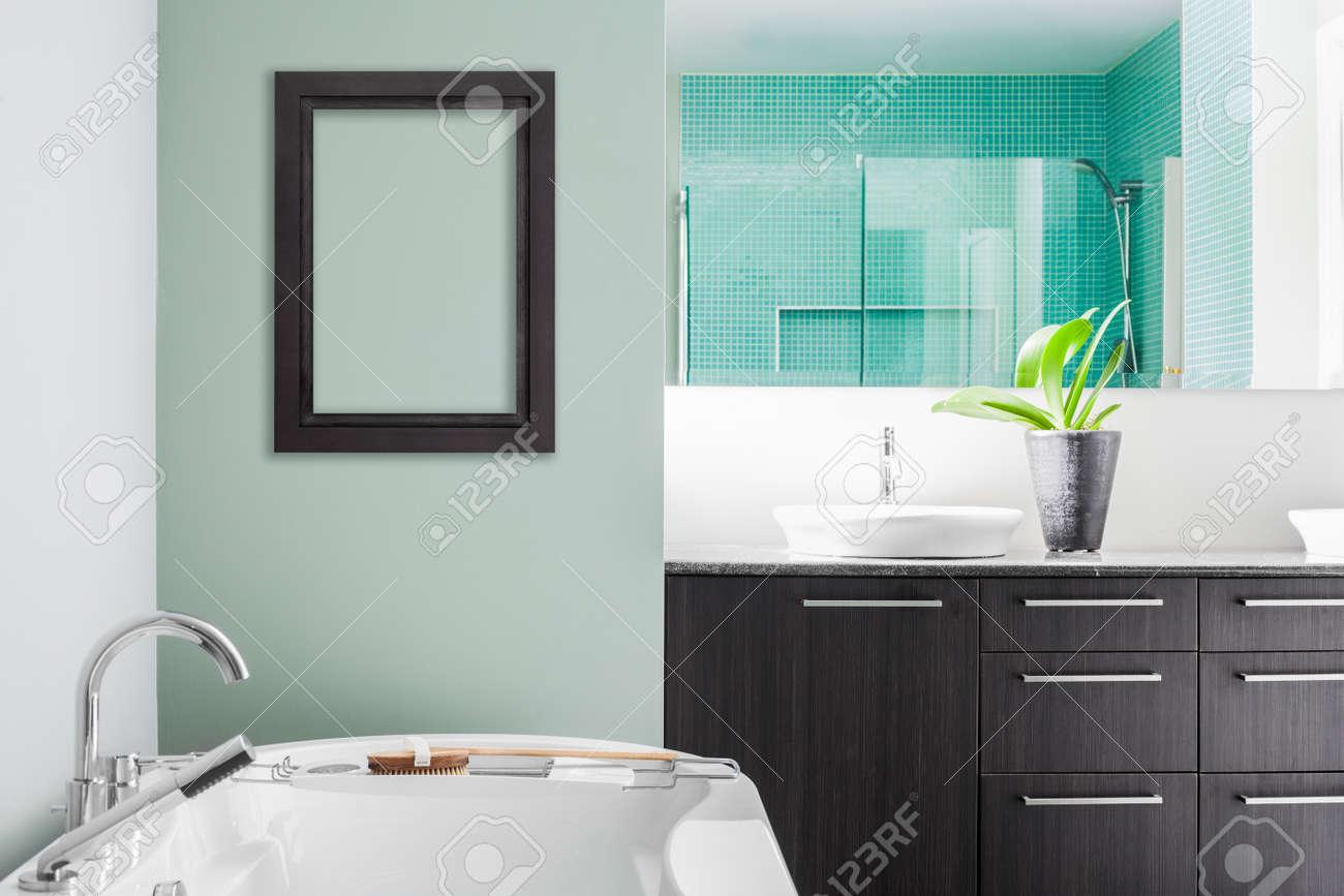 Moderna badrum med tom vägg för testet, bild eller logotyp. mjuk ...