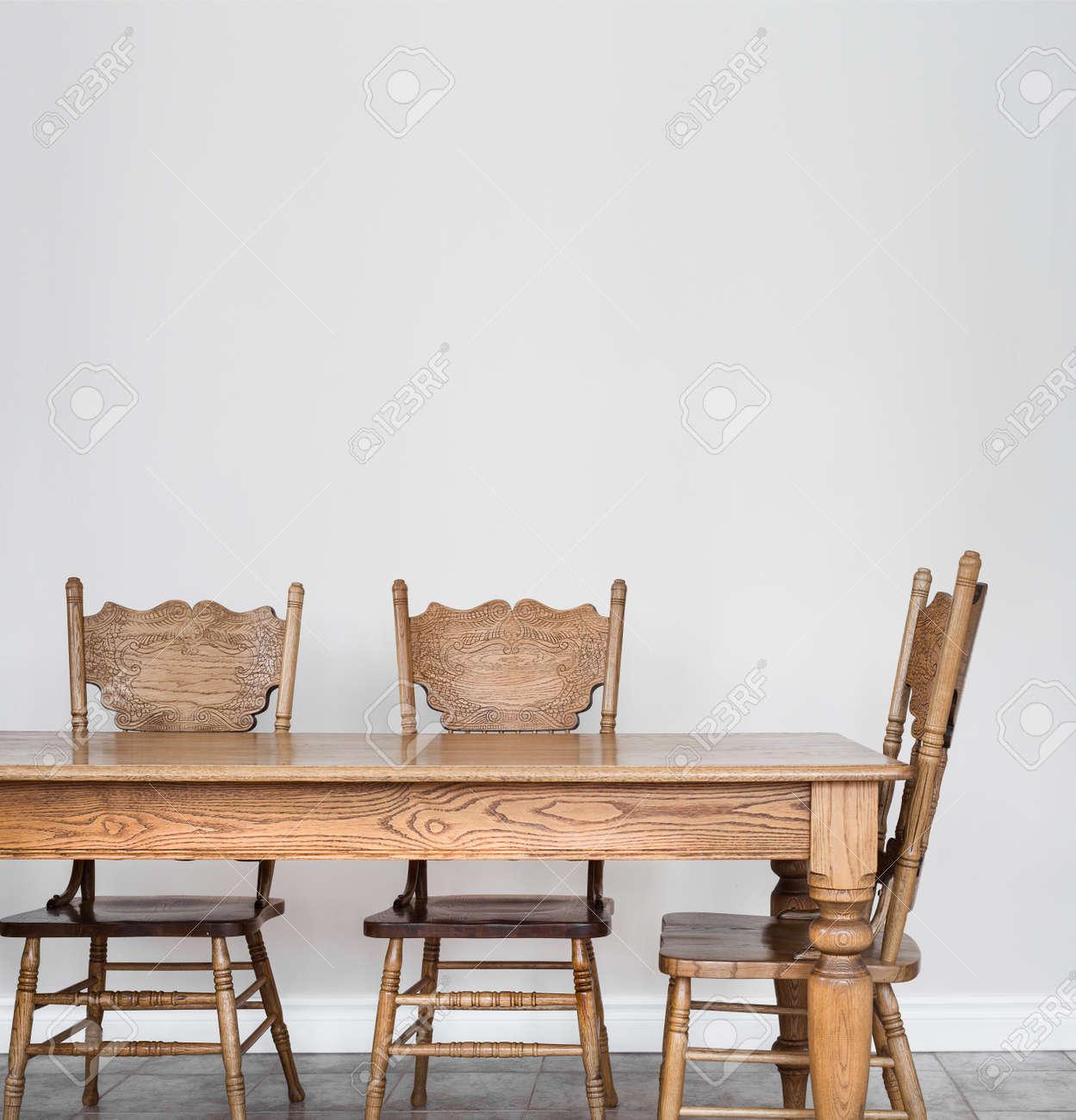 Salón-comedor De Mesas Y Sillas De Madera Y Detalles De Pared En ...