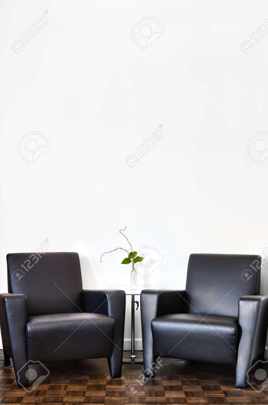 モダンなインテリアの部屋あなたのテキストのためのスペースと白い壁
