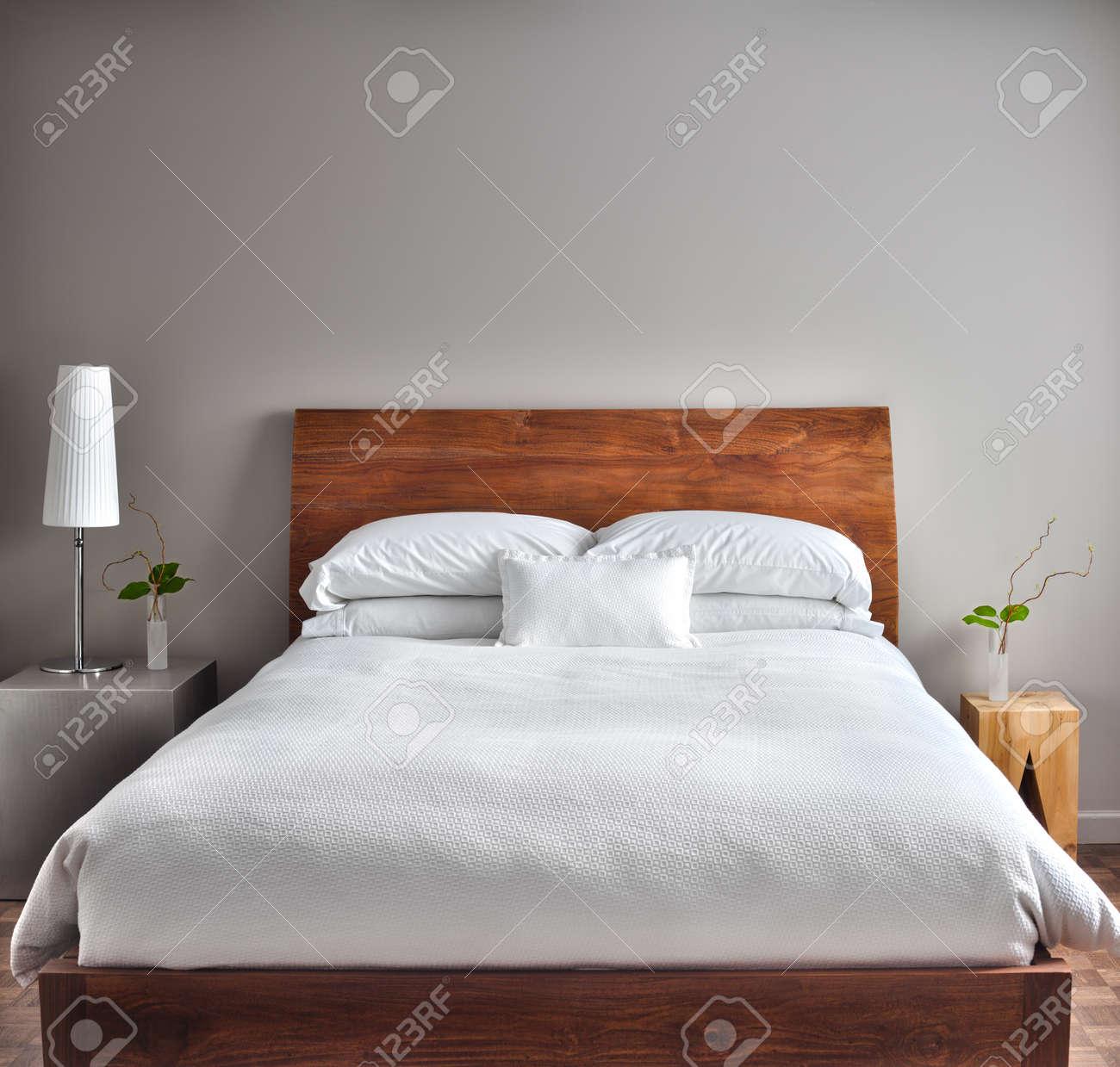 Schöne Saubere Und Moderne Zimmer Mit Leeren Wand, Um Einen Text ...