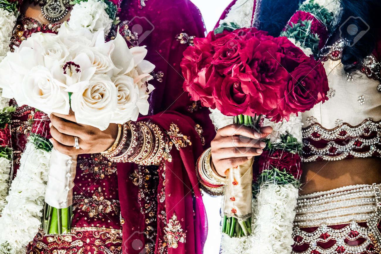 Rouge Et Blanc Traditionnel Indien Bouquets De Mariage Et Epouses