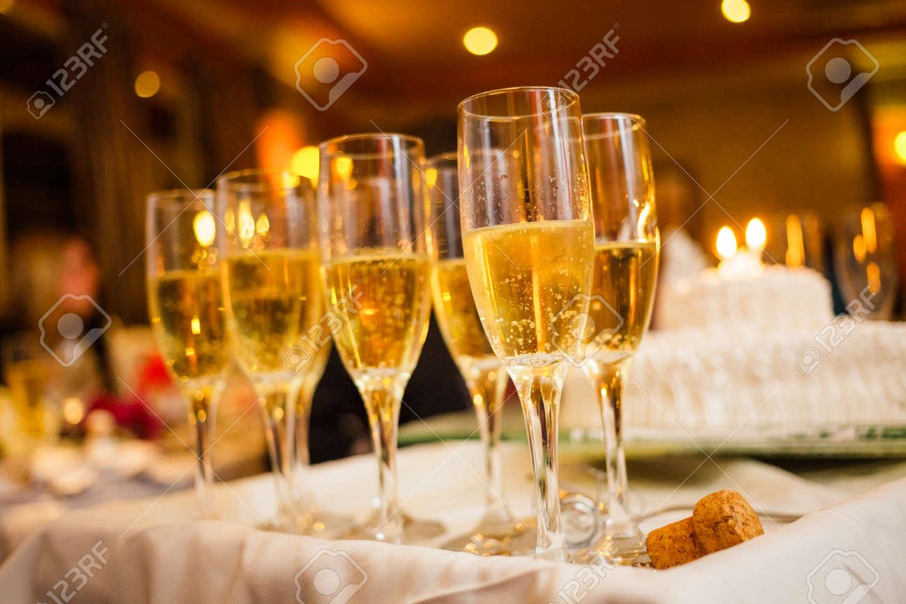 Beaucoup De Verres De Champagne Sur Un Plateau Avec Anniversaire Gâteau En Arrière Plan