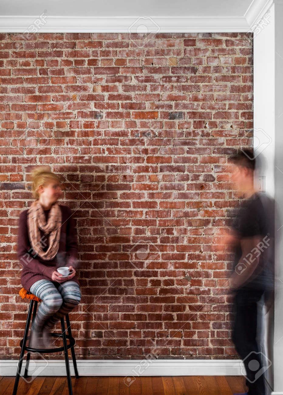 Undeutliche Paare Vor Einer Flachen Backsteinmauer-Perspektive ...