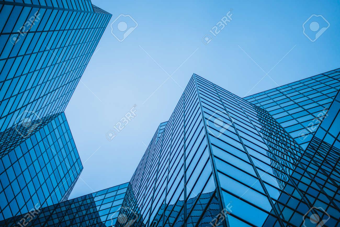 Structure De Gratte Ciel Bleu Abstrait Et Complexe Au Centre Ville De Montreal Avec Ciel En Arriere Plan