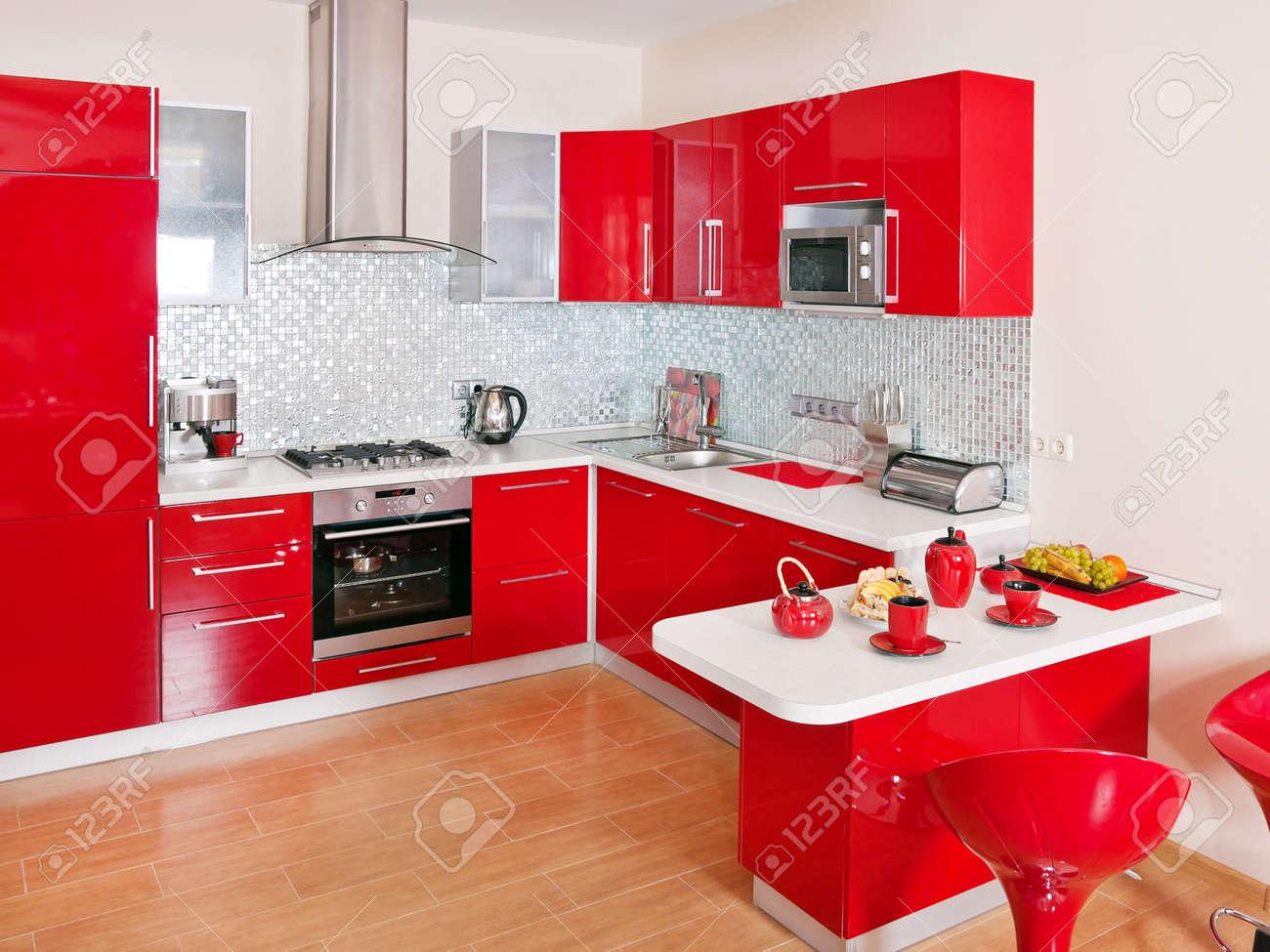 Interior de la cocina moderna con la decoración roja