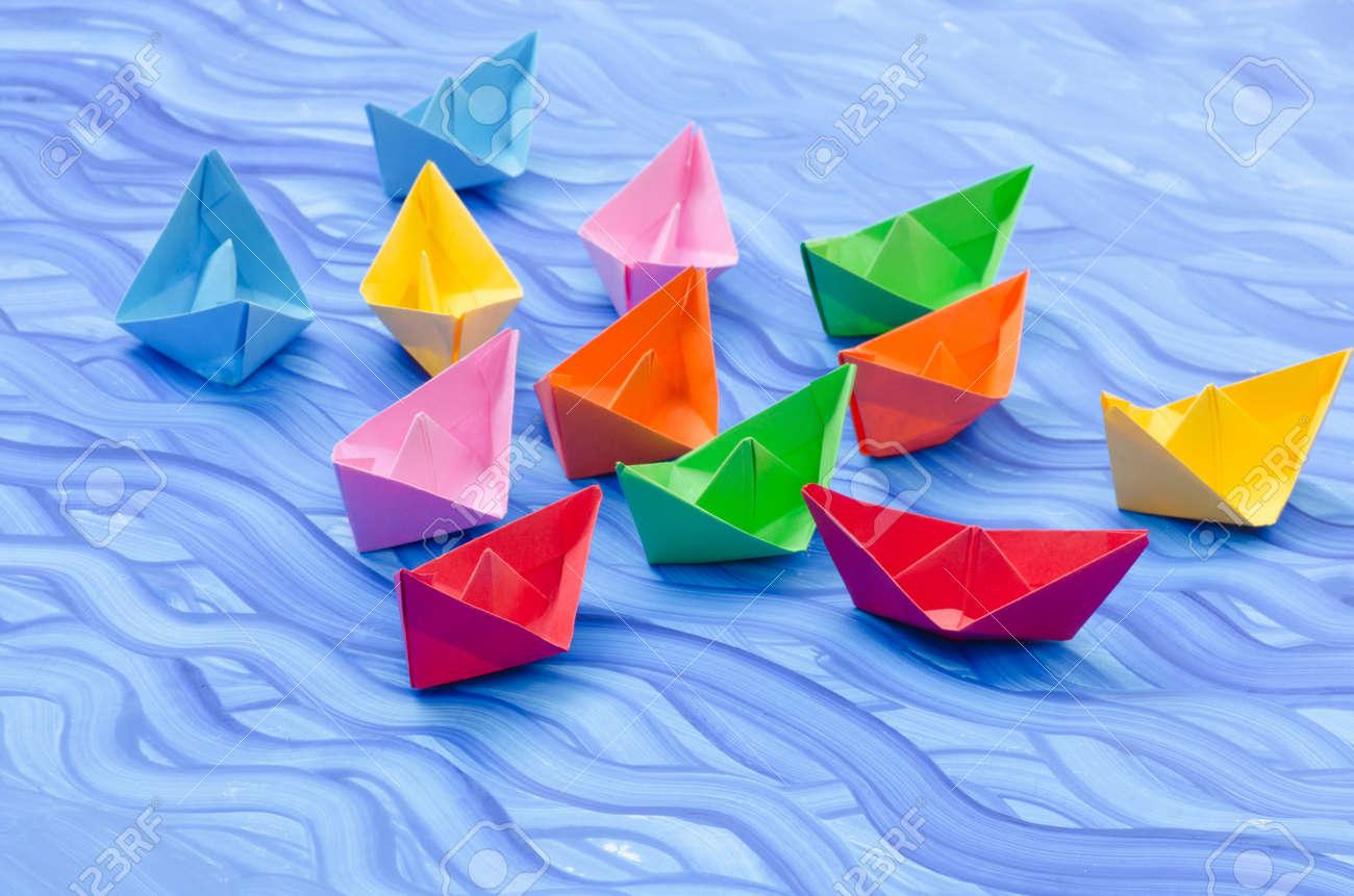 Banque Du0027images   Multicolores Bateaux En Papier Origami Sur Fond Peint Bleu