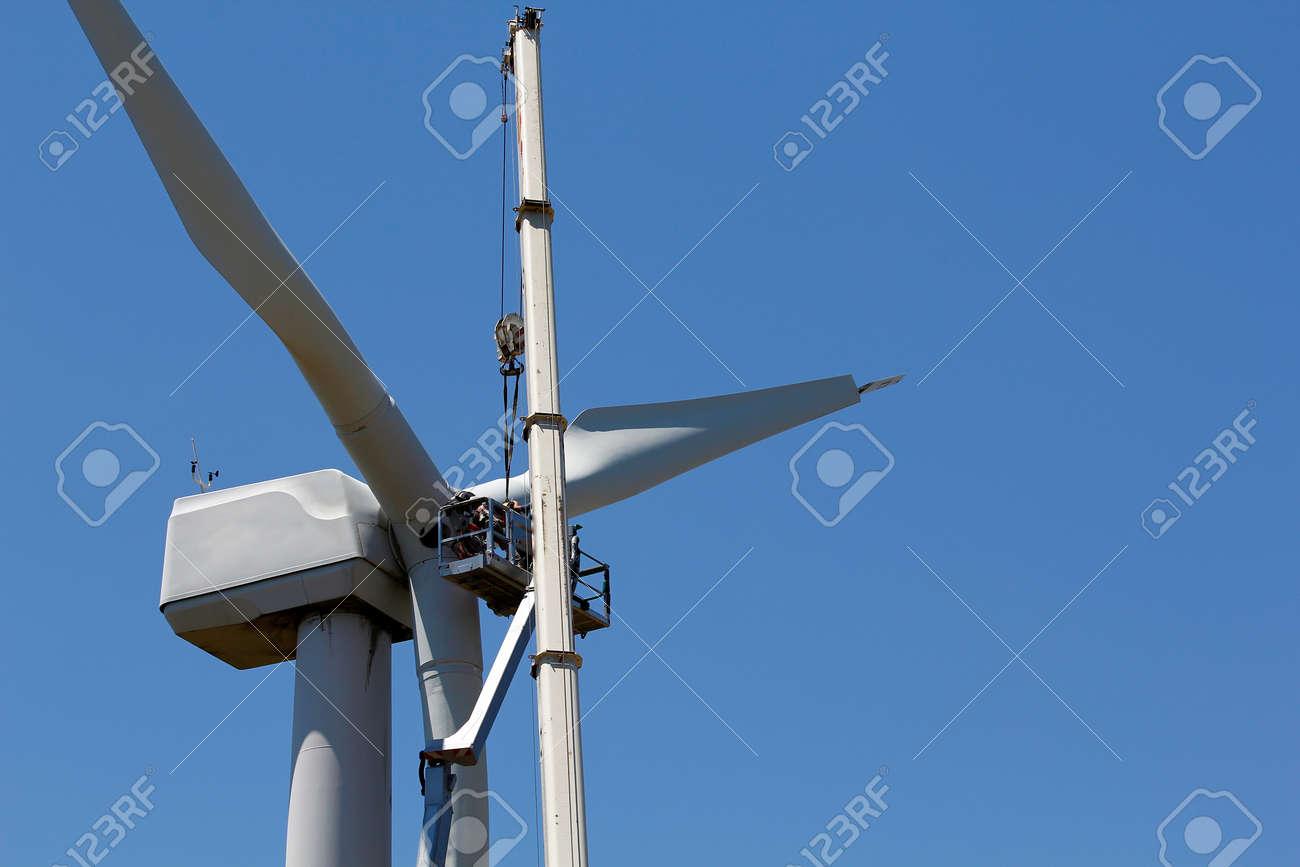 éolienne en cours de réparation Banque d'images - 25381609