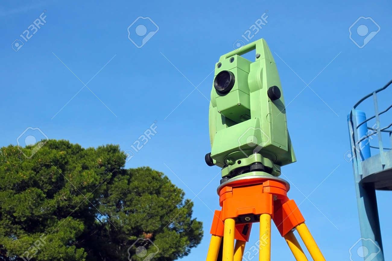 La station Total, l'arpentage instrument contre le ciel bleu Banque d'images - 25355049
