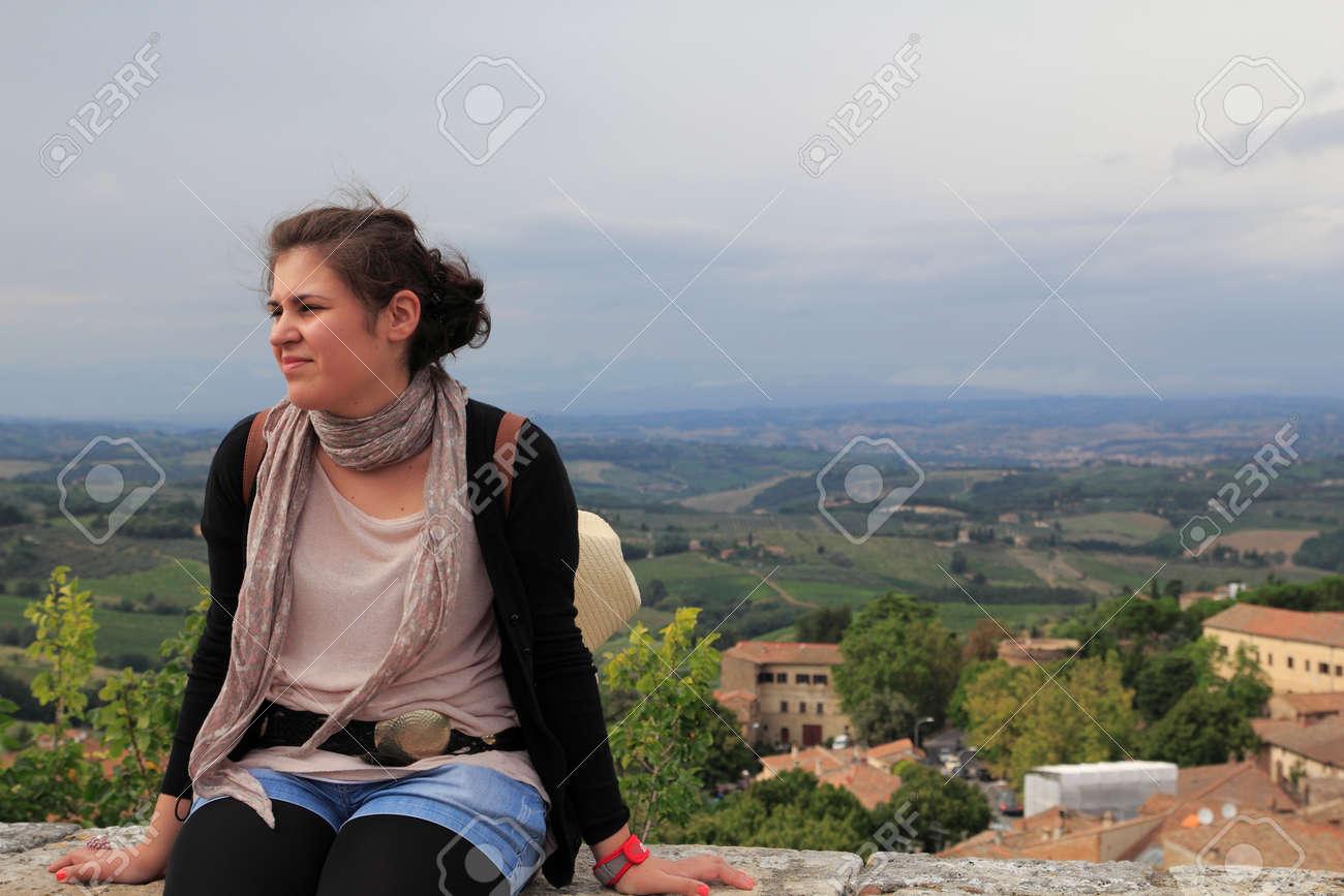 Jeune pensée femme, assis Banque d'images - 31592057