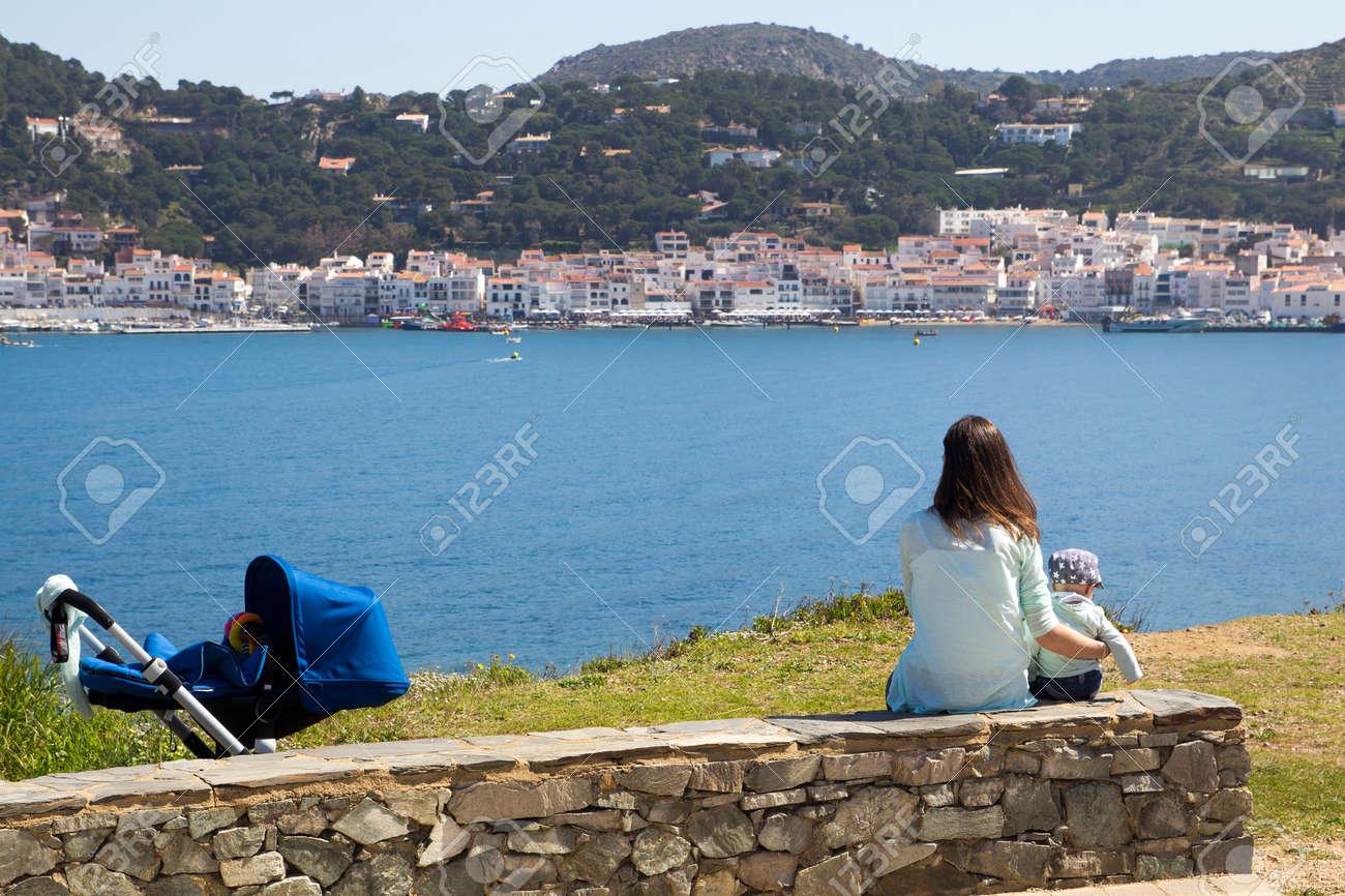 Maman et fils assis sur la côte de Port de la Selva, en Catalogne, en Espagne Banque d'images - 39889308
