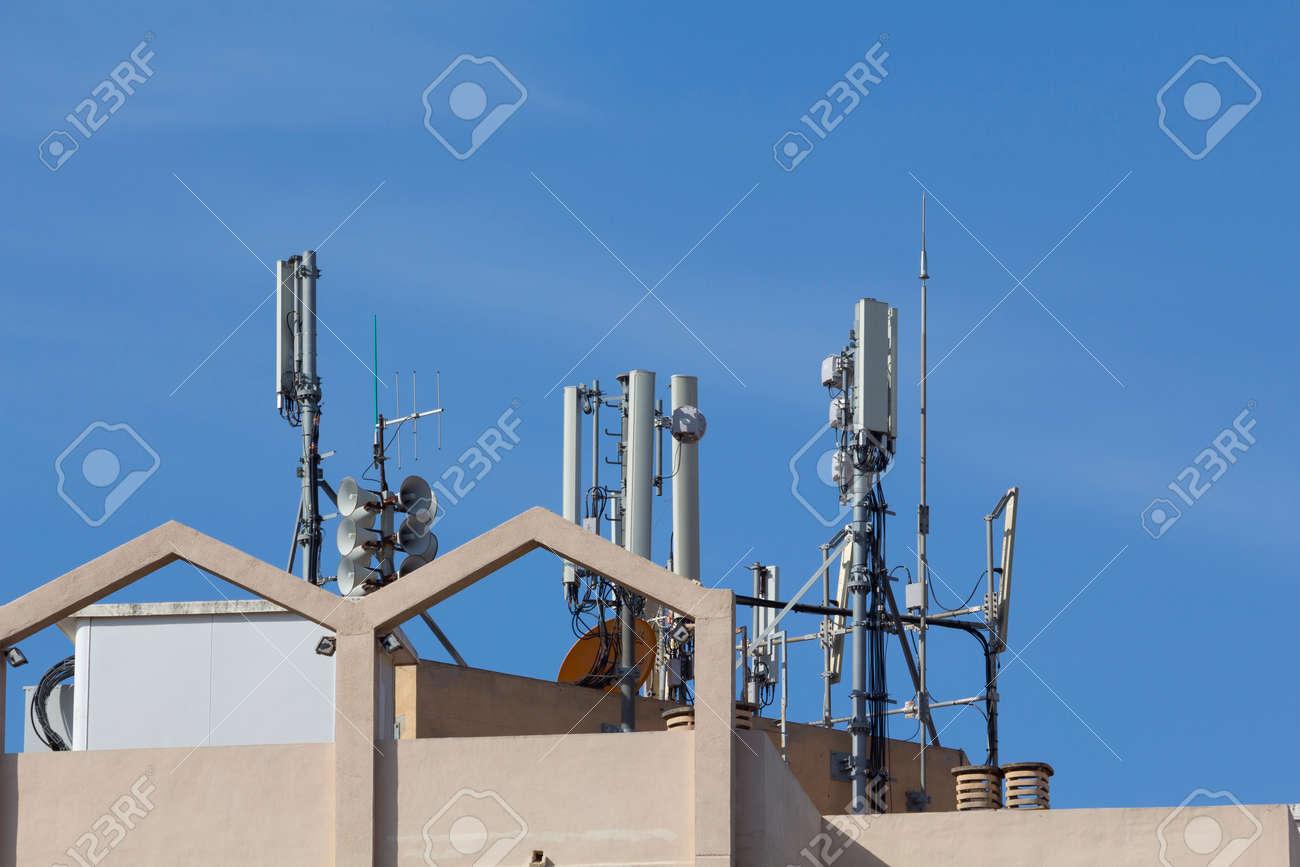 Antennes mobiles dans un bâtiment, contre le ciel bleu Banque d'images - 40006562