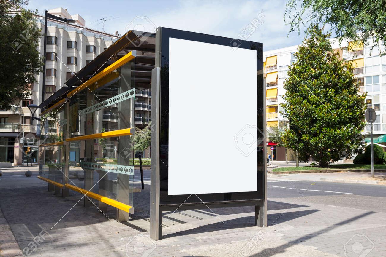 Panneau blanc pour la publicité, dans un arrêt de bus à la rue Banque d'images - 42138520
