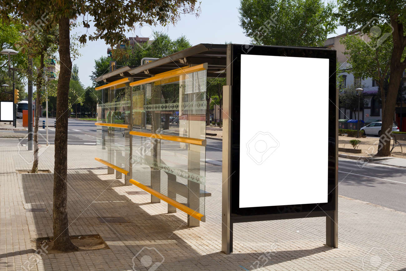 Blank billboard dans un arrêt de bus, pour la publicité à la rue Banque d'images - 42201135