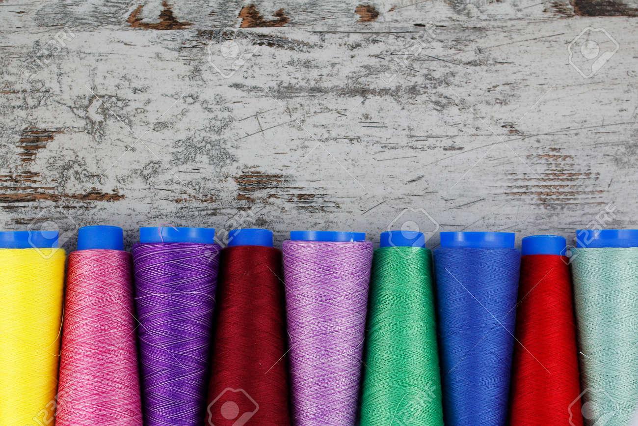 Bobines à coudre colorées dans un fond de bois Banque d'images - 48056038
