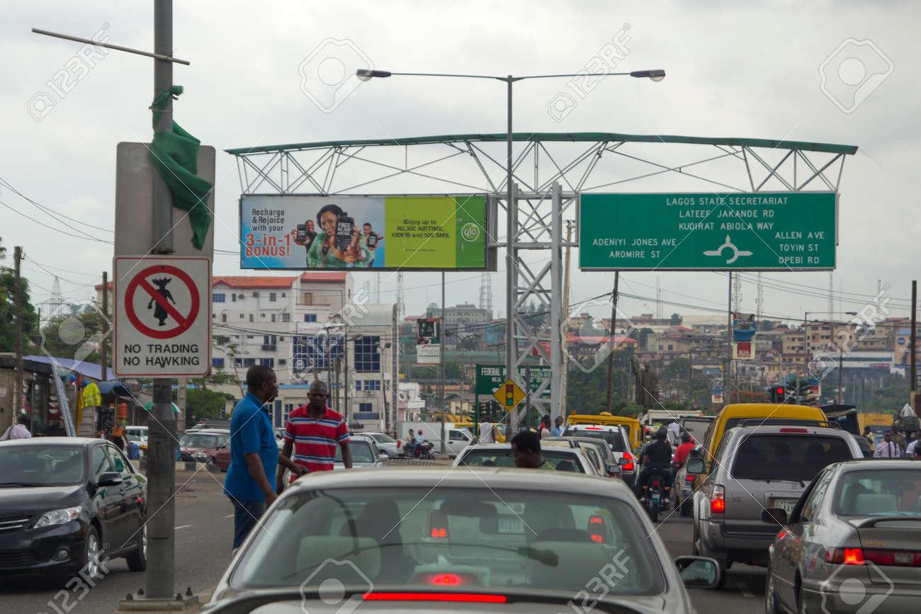 LAGOS, NIGERIA - 11 mai 2012: la confiture de circulation et vue sur la ville de Lagos, la plus grande ville du Nigeria et le continent africain. Lagos est l'une des villes les plus dynamiques dans le monde, au Nigeria, le 11 mai 2012 Banque d'images - 55336811
