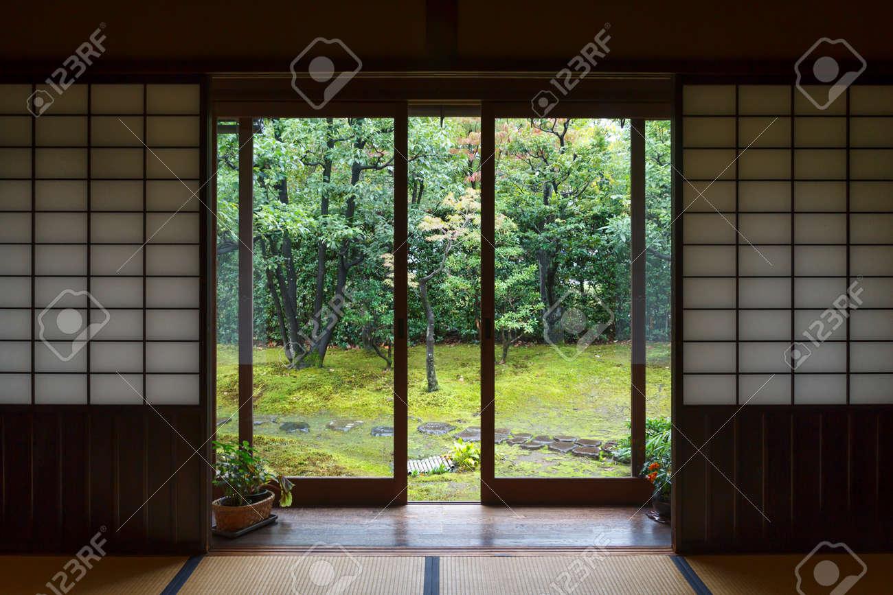 Interieur Maison Japonaise Traditionnelle intérieur de maison traditionnelle au japon, avec porte ouverte sur le  jardin