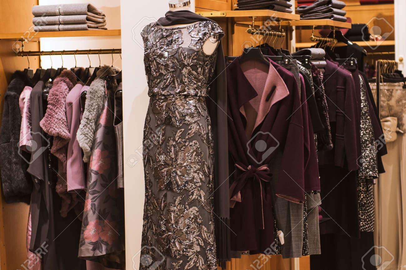 c2e855103b6471 Vrouwen Kleding Winkel In Milaan - Herfst Winter Collectie Royalty ...