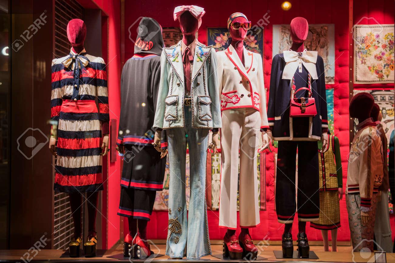 Paris, France 6 mai 2017: vitrine de luxe Guci dans un magasin à Paris.