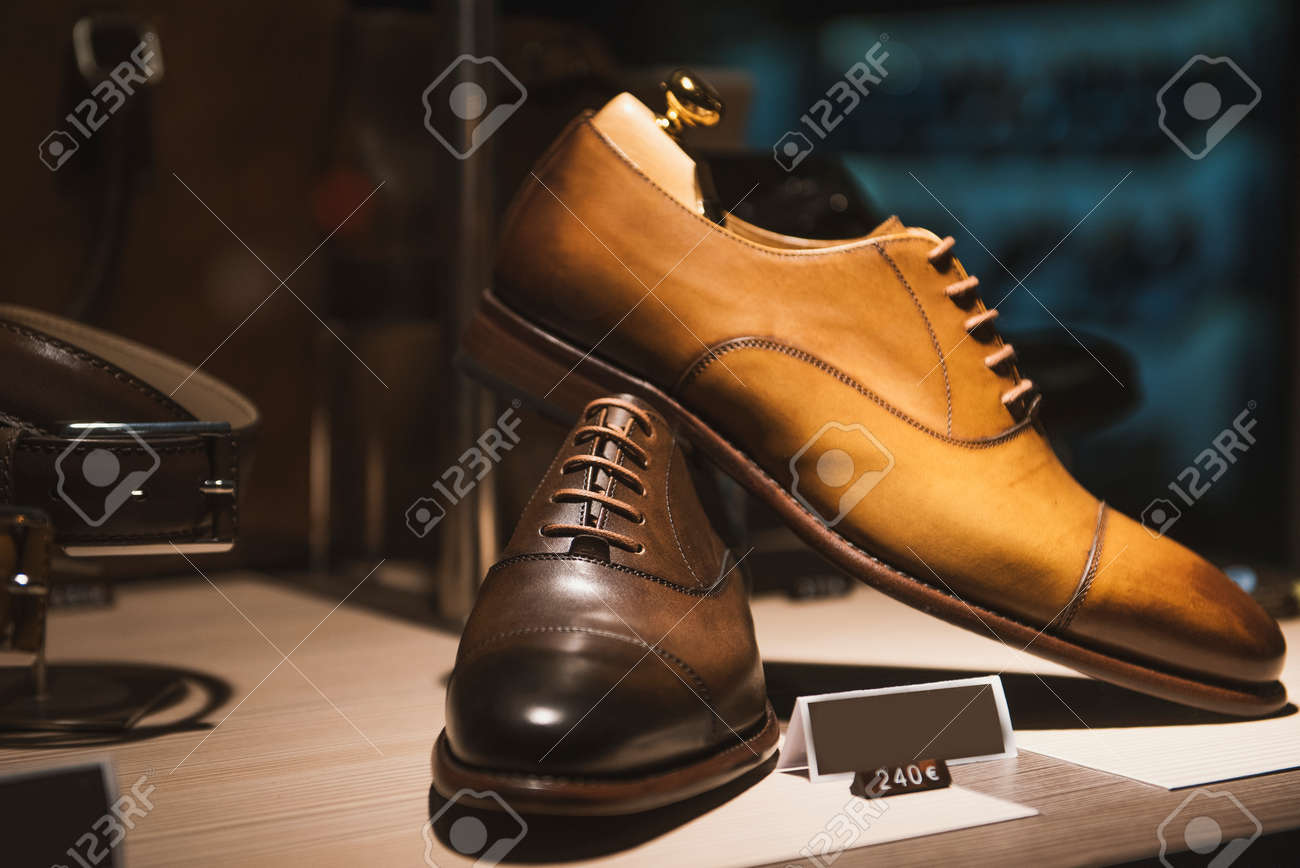c7c931bd8f24 Banque d images - Chaussures pour hommes dans un magasin de luxe à Paris