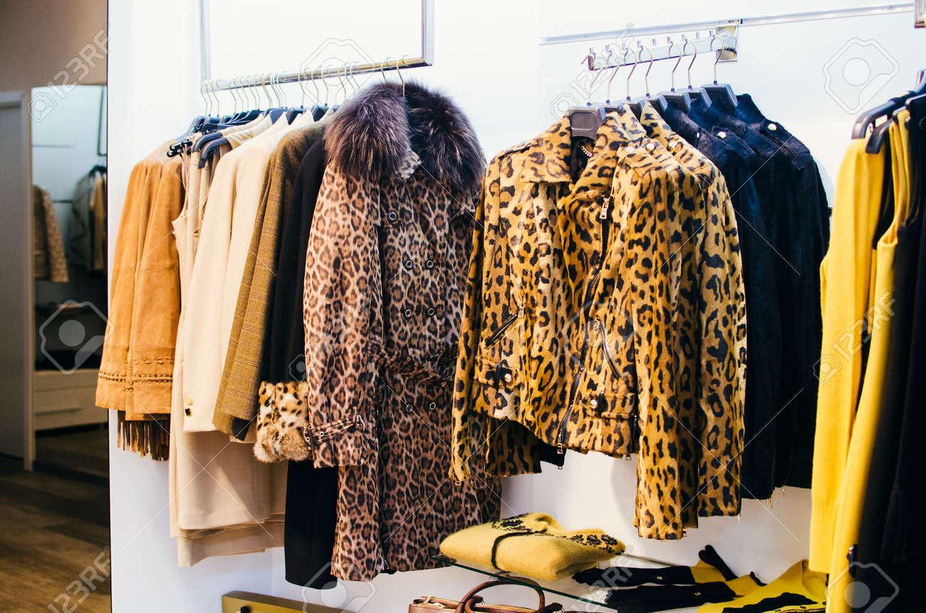 43b5931d0 Foto de archivo - Tienda de ropa para mujeres