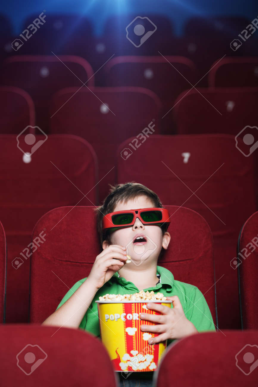 Resultado de imagen de cine con palomitas y un niño