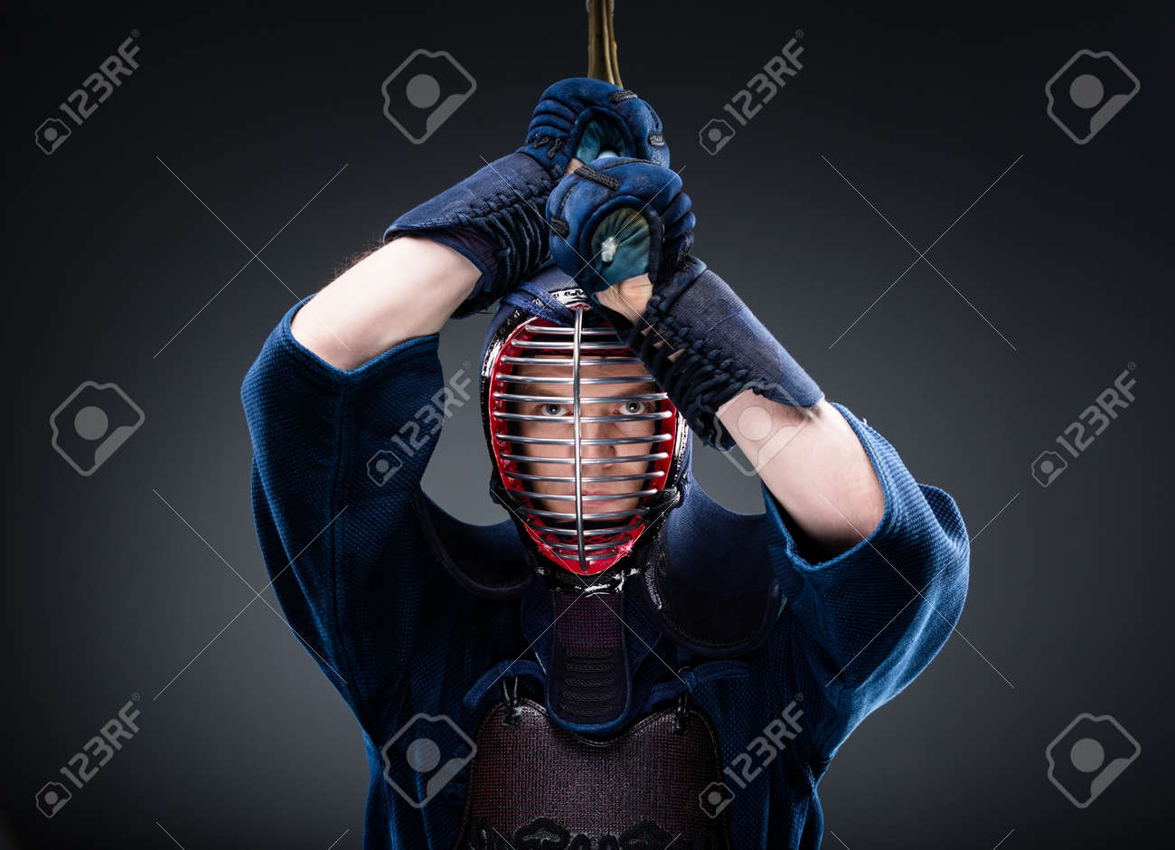 Combat Japonais portrait de kendoka avec shinai. art martial japonais du combat à l'épée