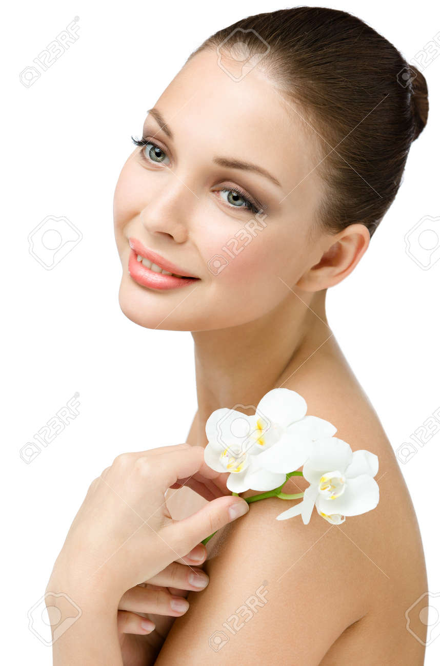 Retrato De La Chica Desnuda Entrega Orquídea Blanca Aislados En Blanco Concepto De La Belleza Natural Y La Juventud