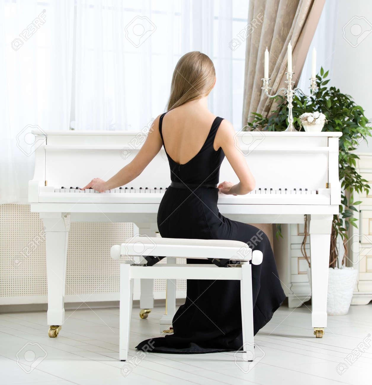 Resultado de imagen para mujeren vestido de fiesta  tocando el piano