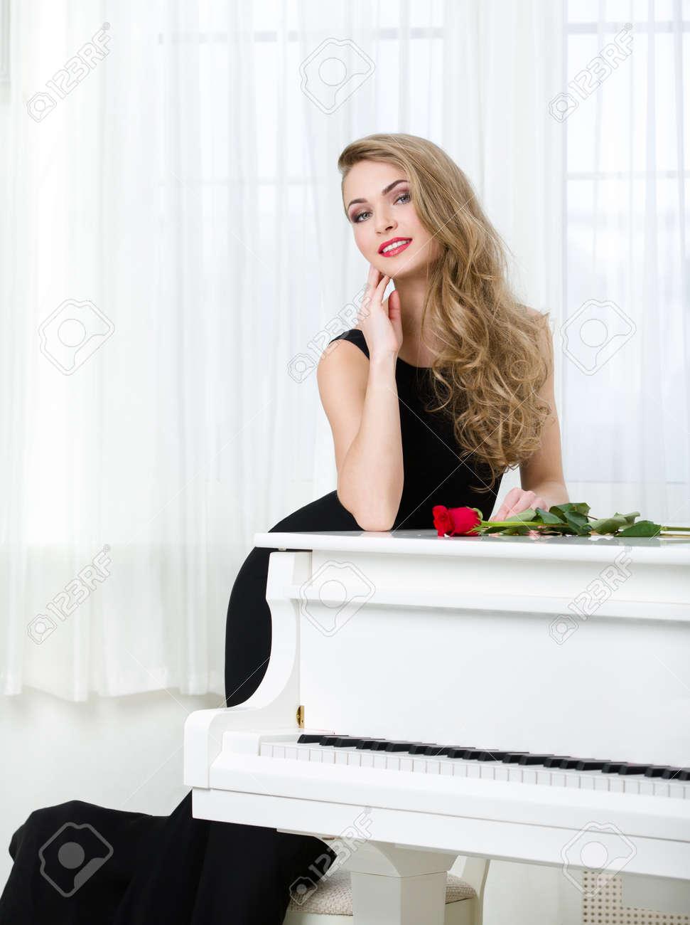 Musica mujer de vestido negro