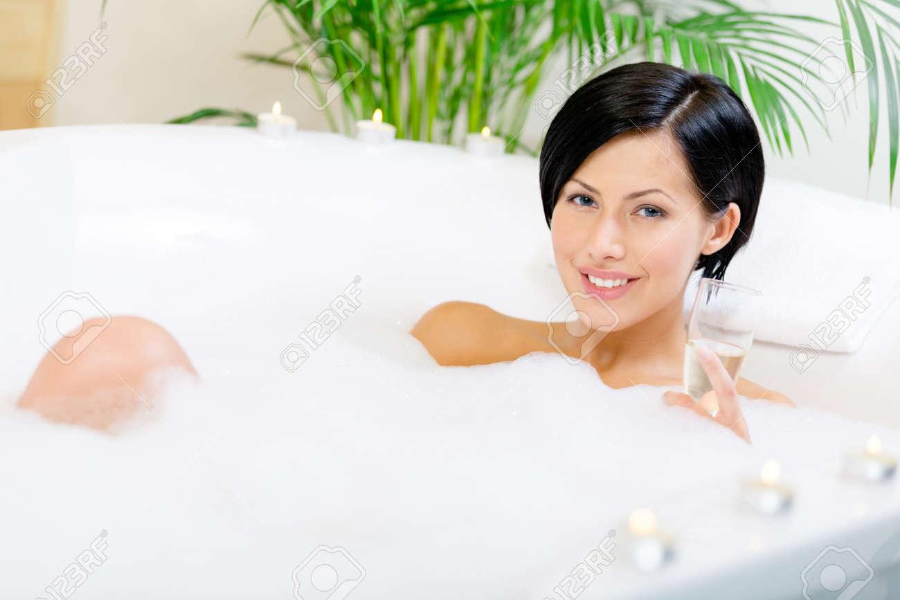 frau in der badewanne mit schaum und kerzen trinkt champagner und, Hause ideen