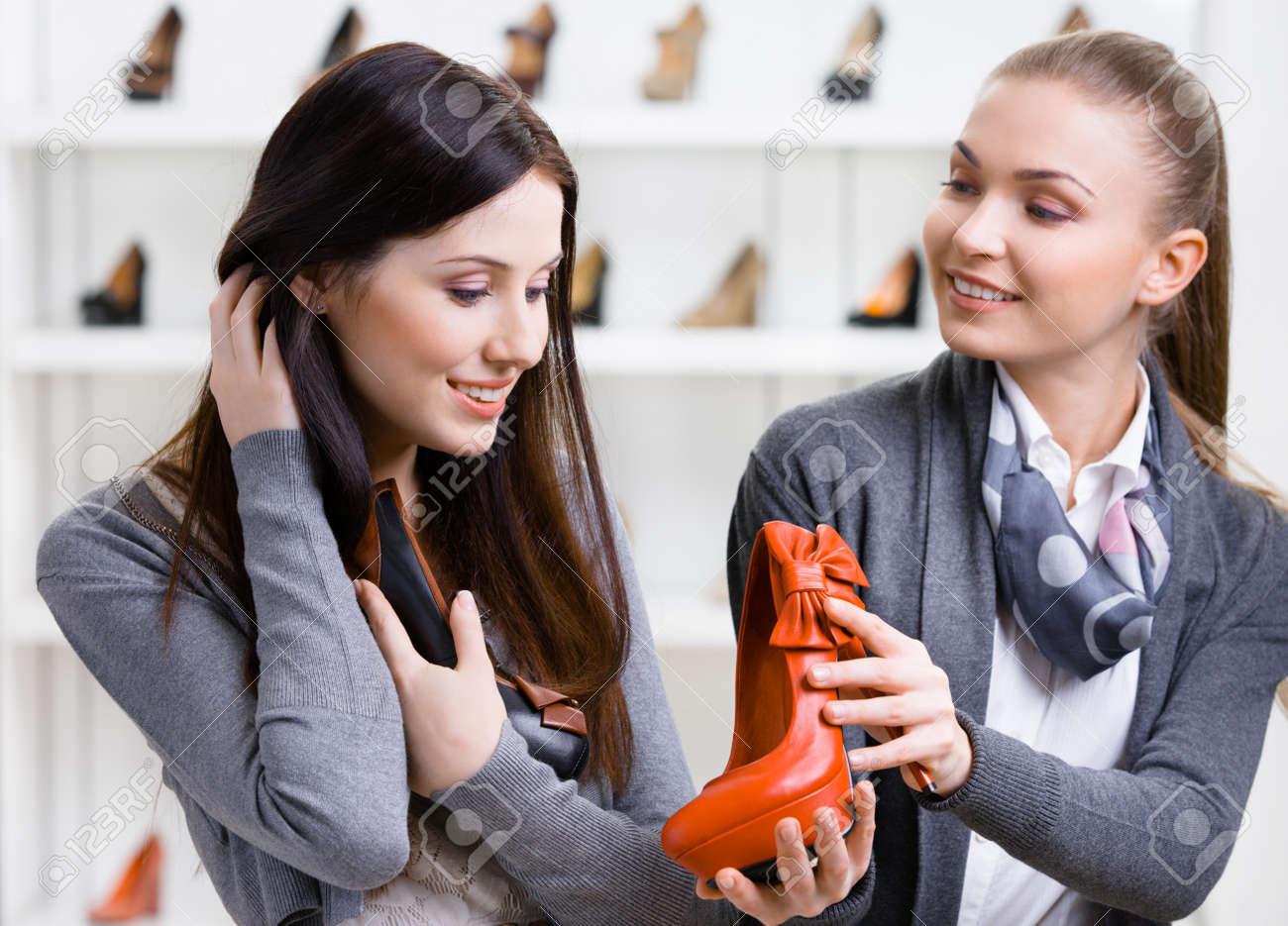 77dfb5220024ac Banque d'images - Vendeur propose des chaussures pour la clientèle féminine  dans le centre commercial