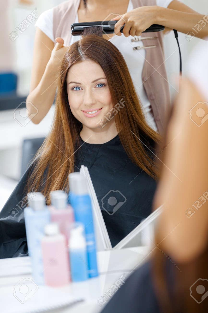 Reflet De Coiffeur Faire Style De Cheveux Pour Femme Dans Un Salon ...