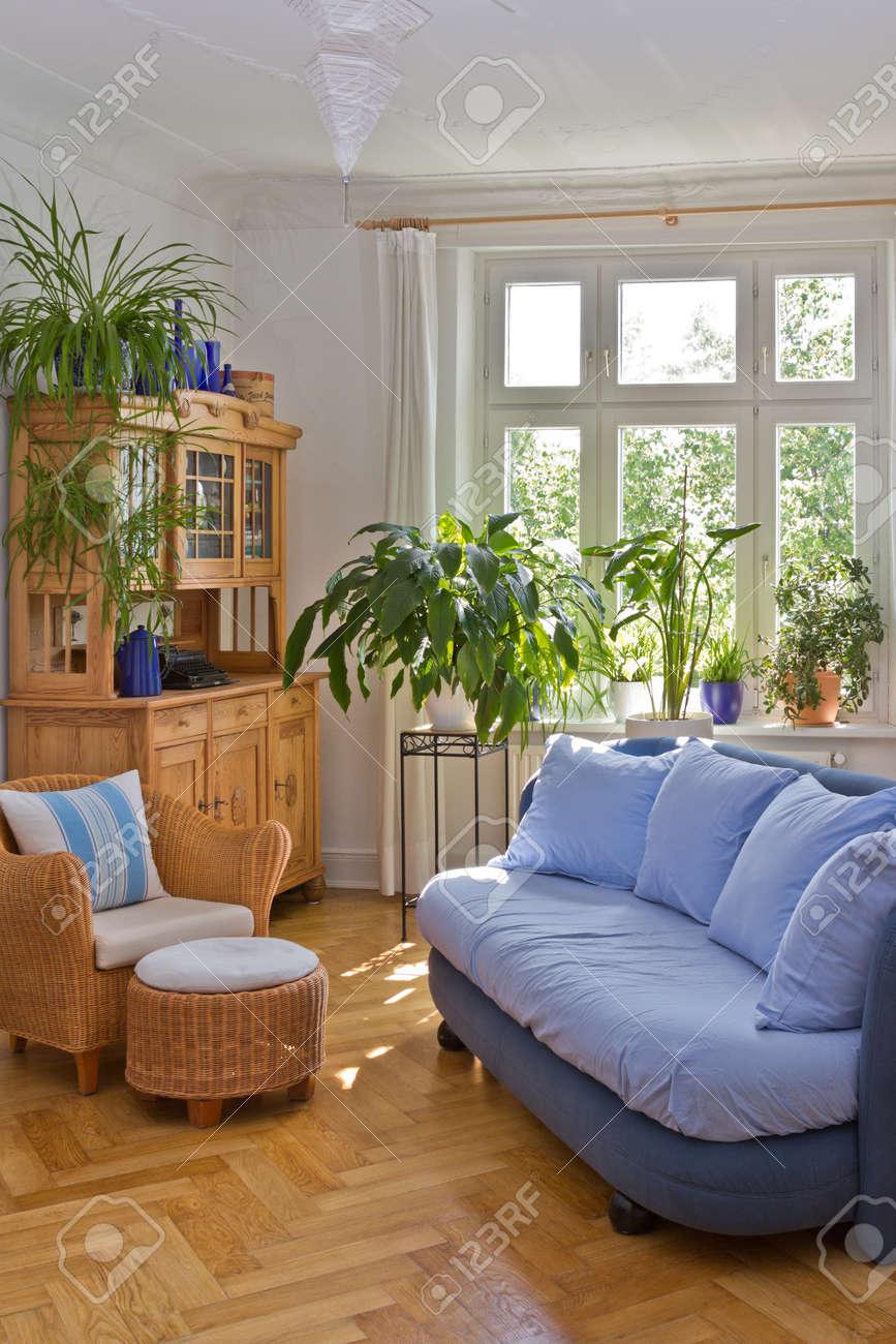 Helles Wohnzimmer Im Alten Gebäude Mit Stuck Sofa Sessel Hocker