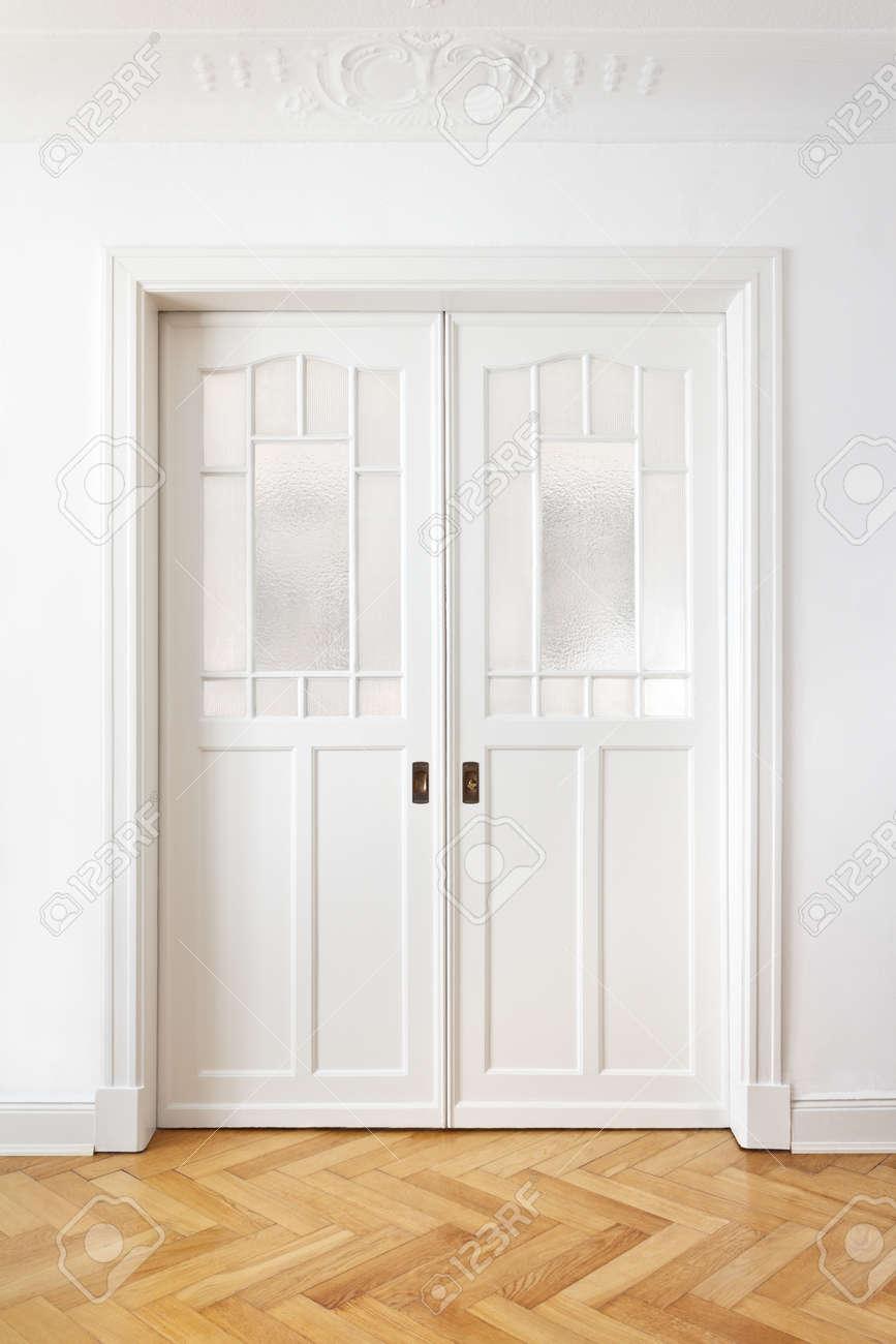 Blanc Ancienne Double Porte Coulissante Avec Verre Texturé Dans Un