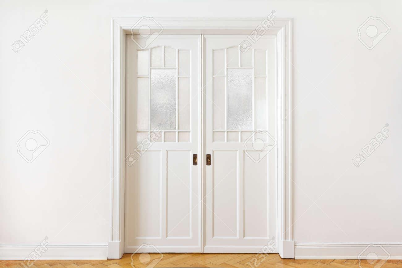 Dubbele Schuifdeur In Wand.Witte Muur Met Een Oude Dubbele Schuifdeur Met Geweven Glas In Een