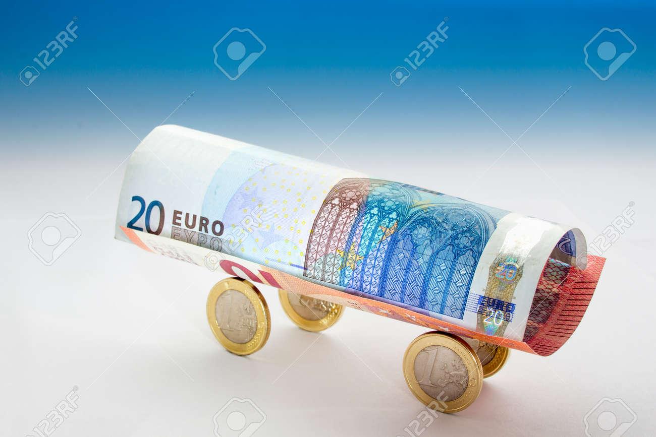 Wagon Von 20 Und 10 Euro Banknoten Und Vier Euro Münzen In Blauen