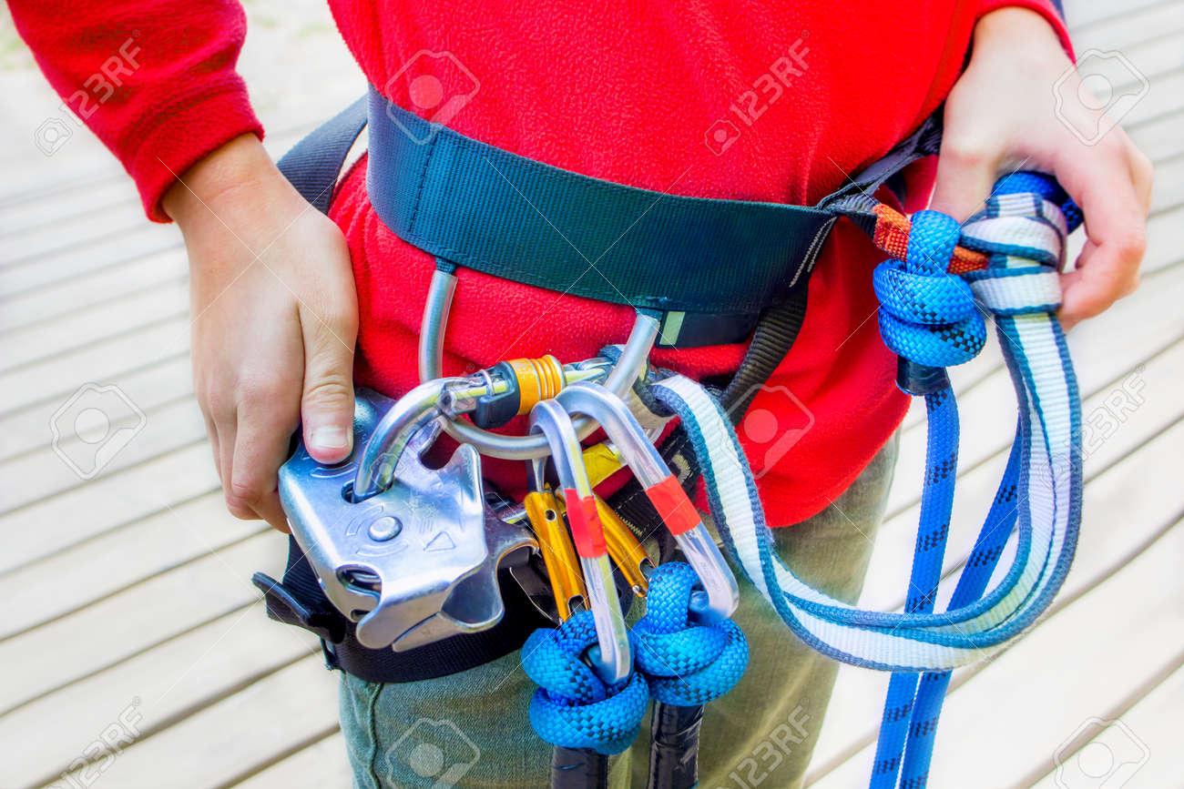Kletterausrüstung Haken : Nahe ansicht der mann mit kletterausrüstung lizenzfreie fotos